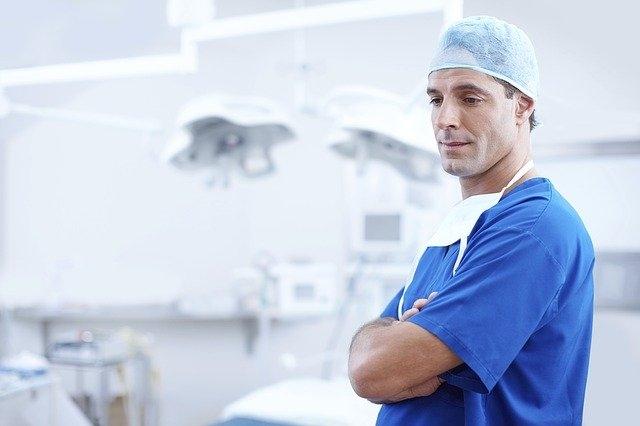 plastični kirurg
